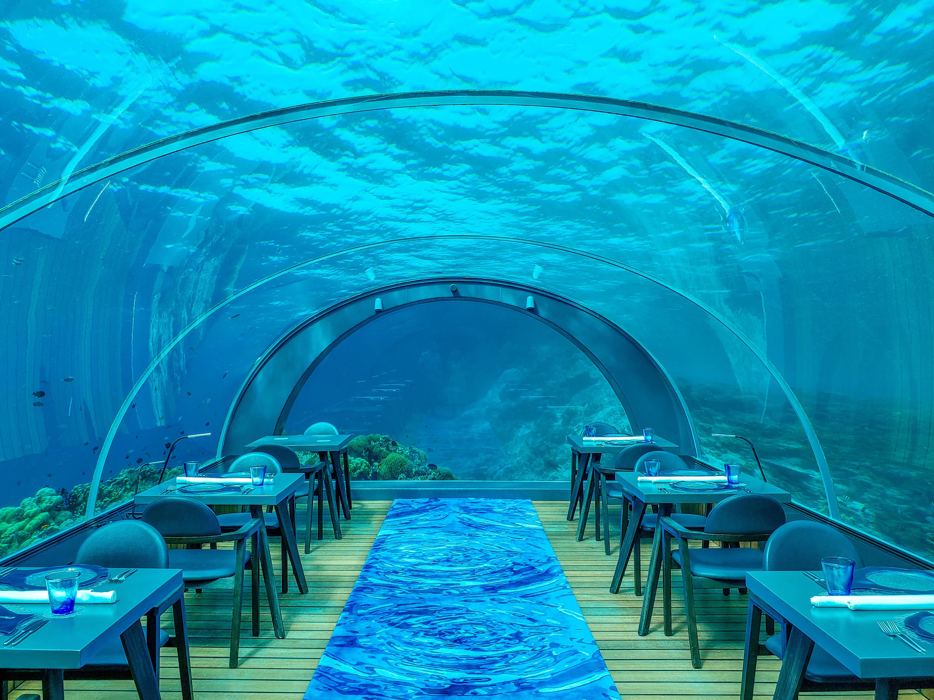 Table arrangement under water aquarium